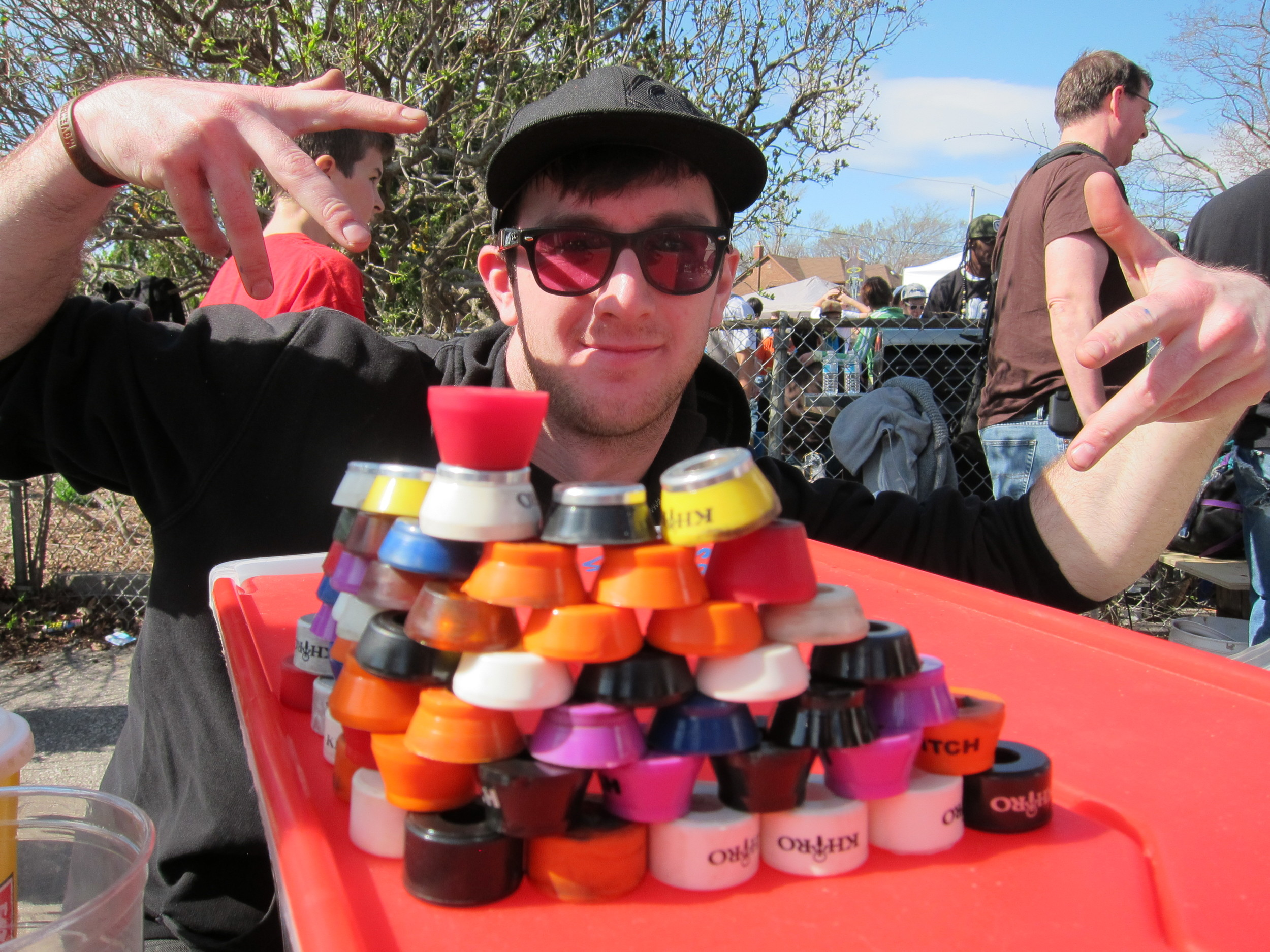 Bill with a mountain of bushings. Photo - Ponyta 2012