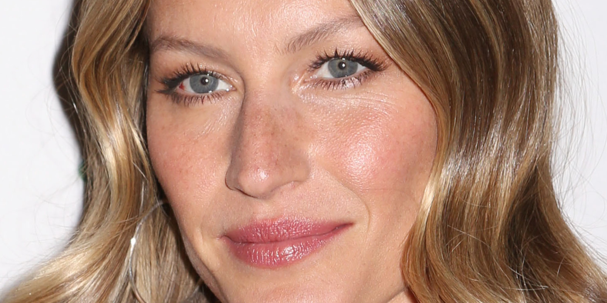 "Gisele Bundchen does not have ""hooded"" eyes, but has very small lid space."
