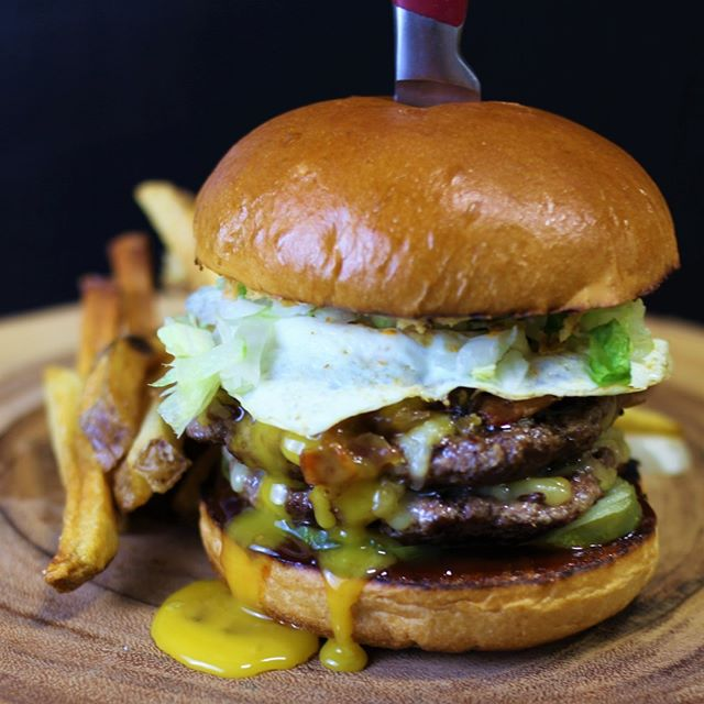 #Manitoba, have you had a chance to try our Prairie Double Pounder for Le Burger Week yet?  With two Patties, Bacon Onion Jam, Smoked Gouda Cheese, Spicy Mayo, Crispy Onions, Pickles, BBQ Sauce and finally topped with an over-easy egg this burger is not for the faint of heart! 🍔