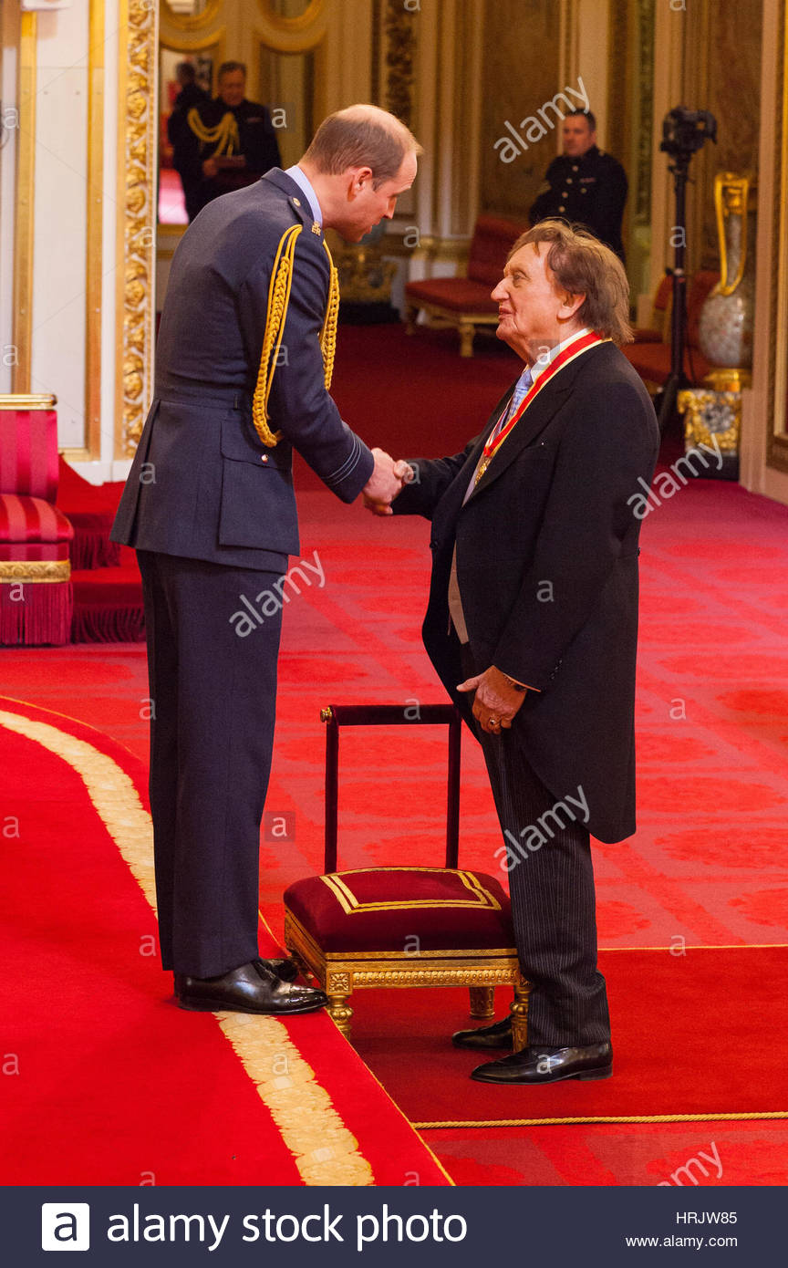 sir-ken-dodd-from-liverpool-is-made-a-knight-bachelor-of-the-british-HRJW85.jpg