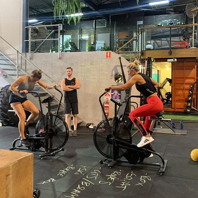 Happy Friday legends!  Finishing off the week with this burner! Teams of 3 first to 150 cal bike 🔥 In the red corner @sageerickson  @joelshelton  @scottmdn  In the blue corner @elle_wellnesslife  @woodrowmedia  @owenmilnemedia  Who won!? #bike #challenge #bodymovement