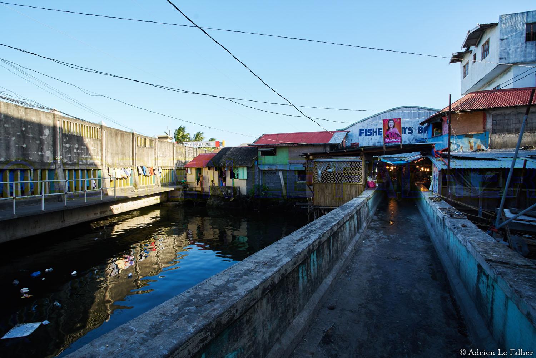 Qui croirait trouver, derrière ce marché emmuré, une ville dans la ville, pleine de vie ?