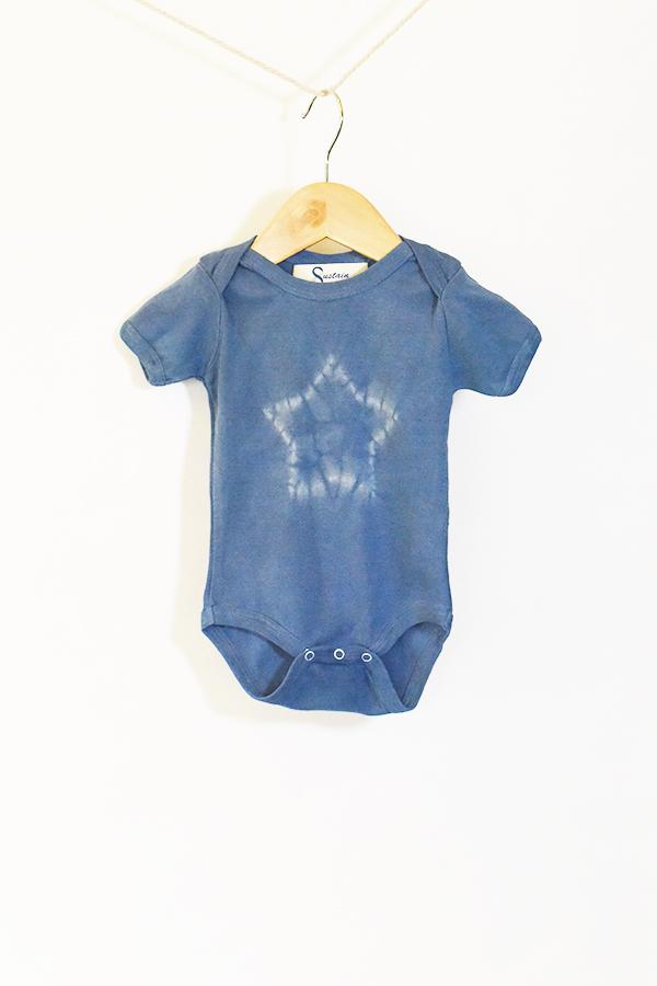 Kids Indigo Star Short Sleeve Onesie : hand-dyed with indigo leaves while leaving an undyed star on the front by using traditional Japanese shibori techniques.