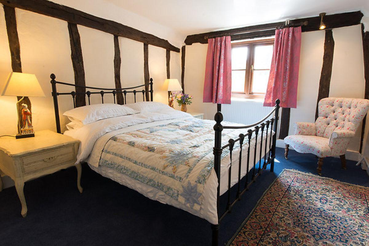 romantic-bedroom-meddlars-cottage.jpg