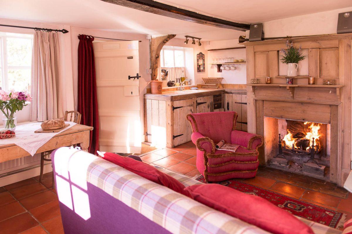 open-log-fire-cottage.jpg