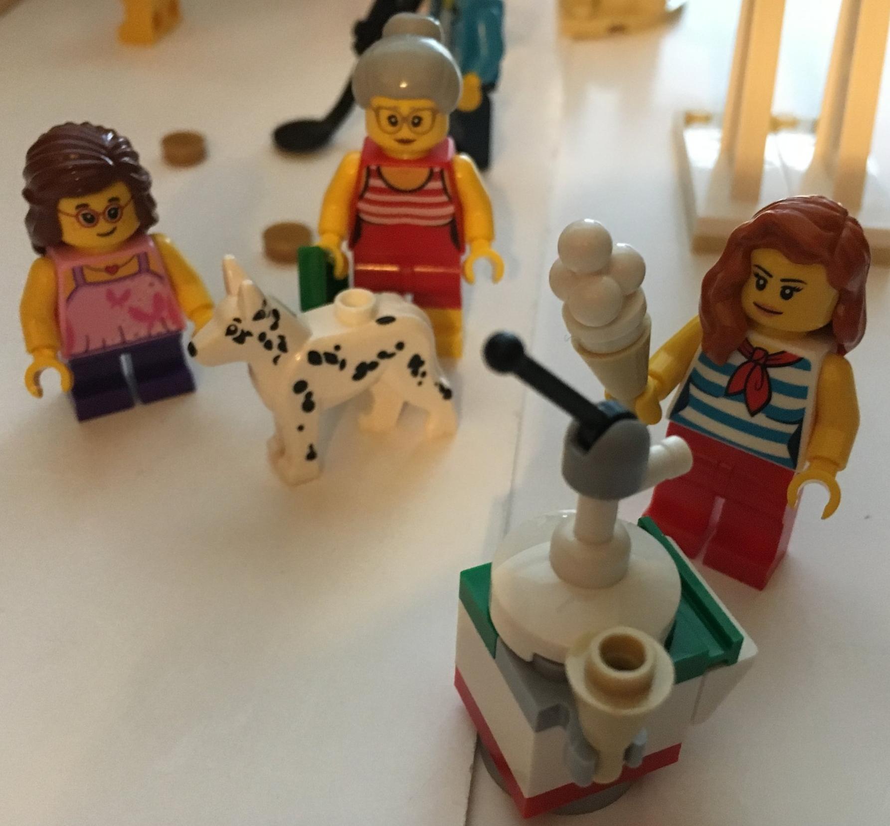LEGO Female Minifigure Grandma w// Sweater Crew Neck Glasses /& White Hair Girl