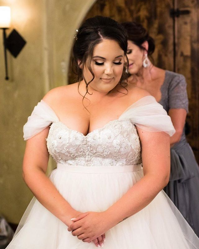 A must have photo on wedding day! Pictures of the final zipping of your gown.
