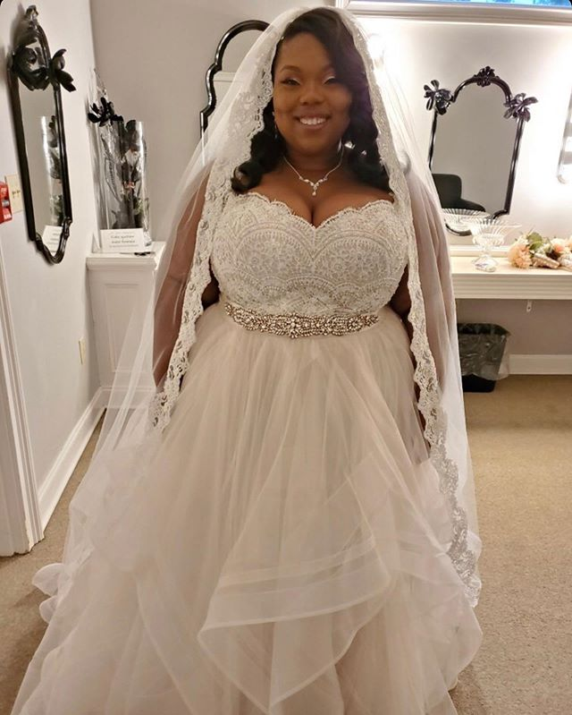 Let's get in to this wedding day #slay from @niyyahharris12! Congrats and cheers to many years of bliss! 🎉😍💋💍✨