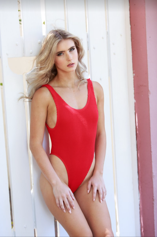 natural-makeup-baywatch-red-bathers-jennifer-ellis.png