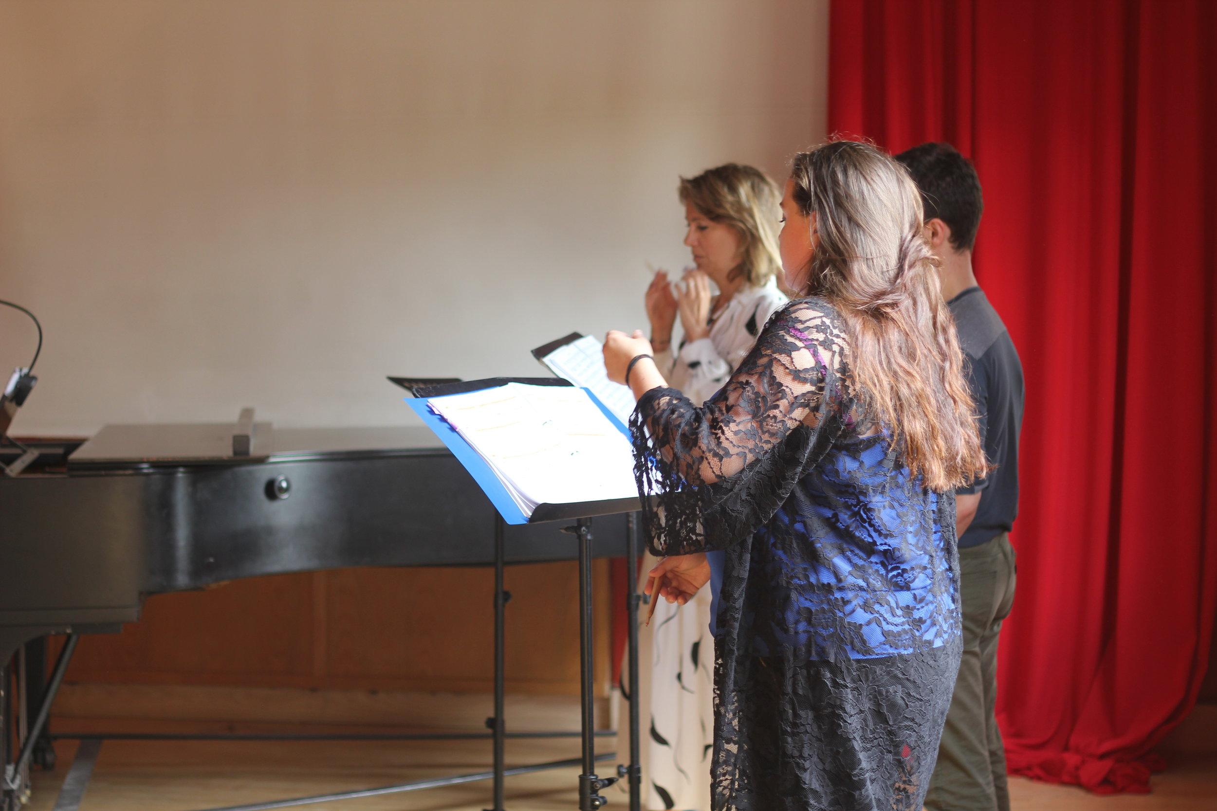 Maria Stuarda 2018: Flora McIntosh (Mary), Philippa Boyle (Elizabeth), Joseph Doody (Earl of Leicester)