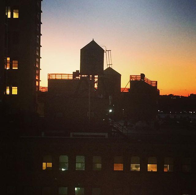 New York Shitty 💖 . . . #goodtobeback #sunset #skyline