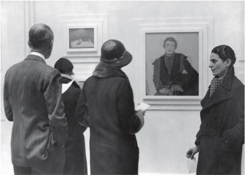 """Рис.8 Глюк (справа) со своим """"Портретом Маргарет Уоттс"""" в комнате Глюка, созданной художницей для своей выставки в Fine Art Society"""