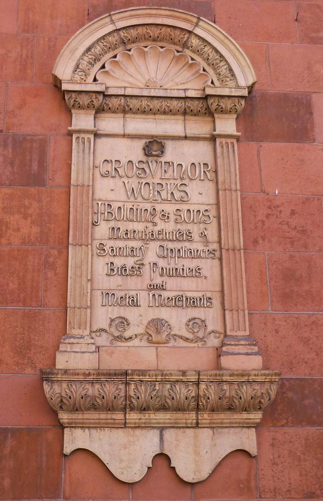 """Рис.13 Терракотовая вывеска фирмы """"Джон Болдинг и сыновья"""", основанной в 1822 году, Дэвис стрит, Лондон"""