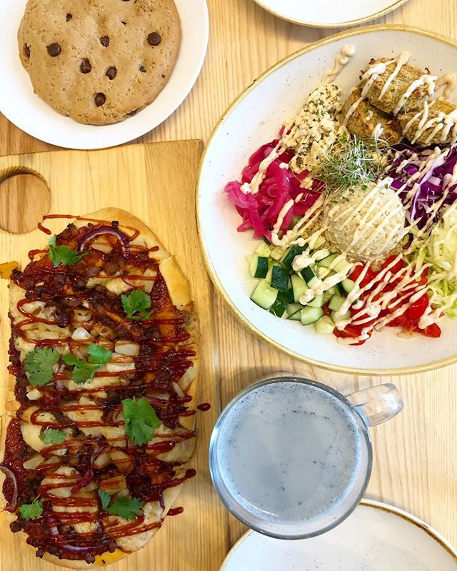 BE KIND // Vancouverites ~ if you haven't already, try out out @kindcafeyvr! The food is delicious, and they practice very low waste ~ they have loaner mugs if you want to take your hot drink to go & straws made out of rice noodles. Can't wait to eat there again 🍪💖🥗