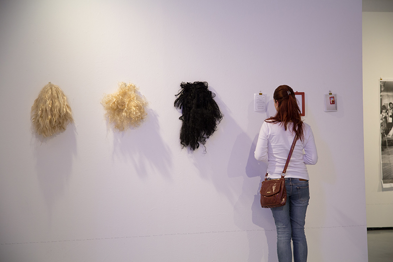 SPECTATOR READING INSTRUCTIONS AT  MARILYN MONROY: ONE AND THREE MARILYNS INSTALLATION      2014