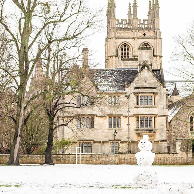 A temporary denizen of Christ Church Meadow. #zeuxisphotography #oxford #snow #mertoncollege #oxforduniversity #snowman