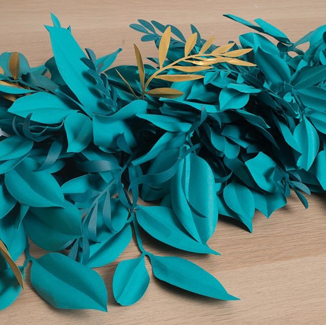 We went a lil ✂️ and paper crazy for a recent @moroccanoil holiday event 🌿 Swipe through to see garlands & mini wreaths, #bts studio shots! 🦋✨ . #papercraft #holidaze #somanyleaves #papersculpture #morrocanoil #partyofonestudio