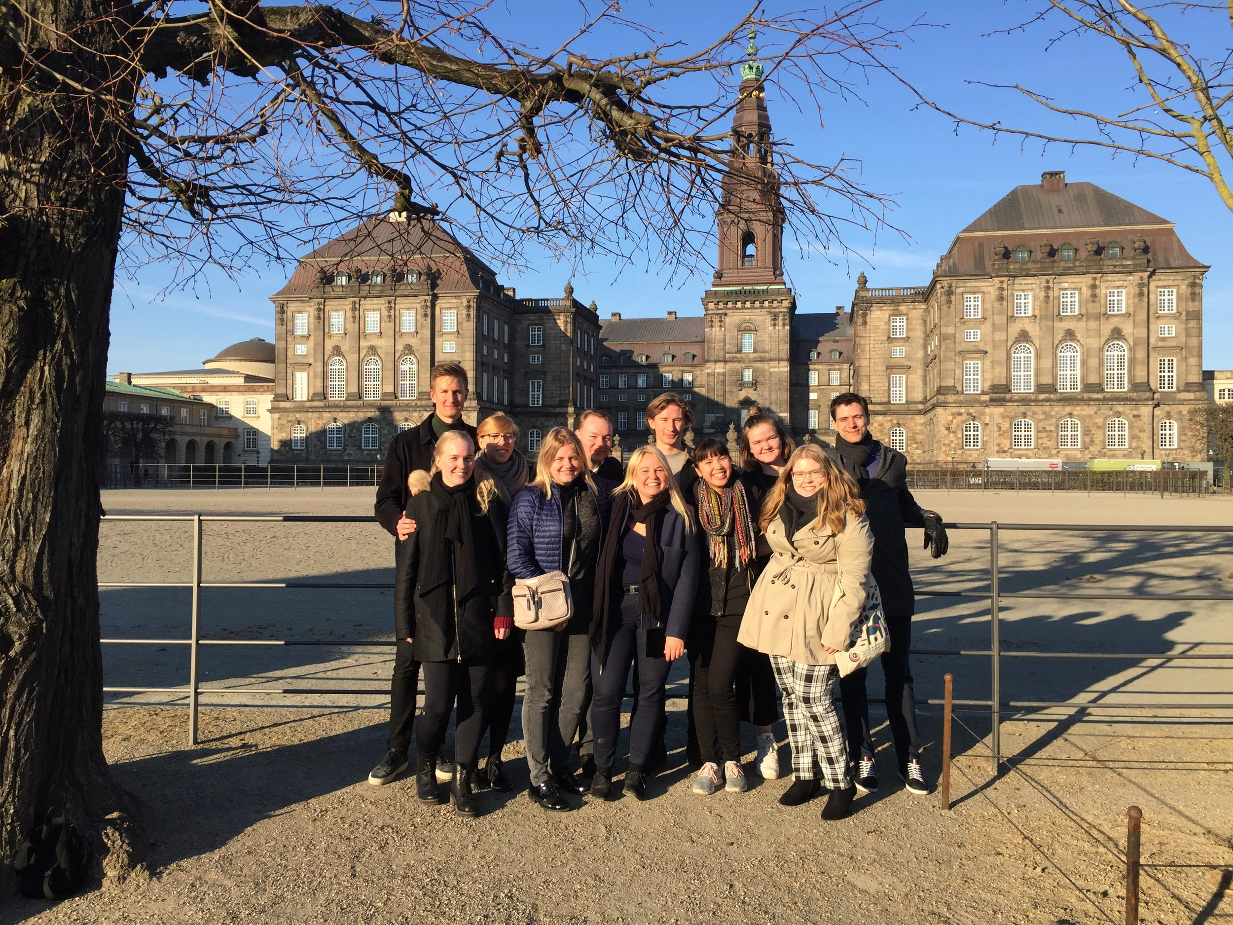 Vårmødets deltagere foran Christiansborg i det centrale København.