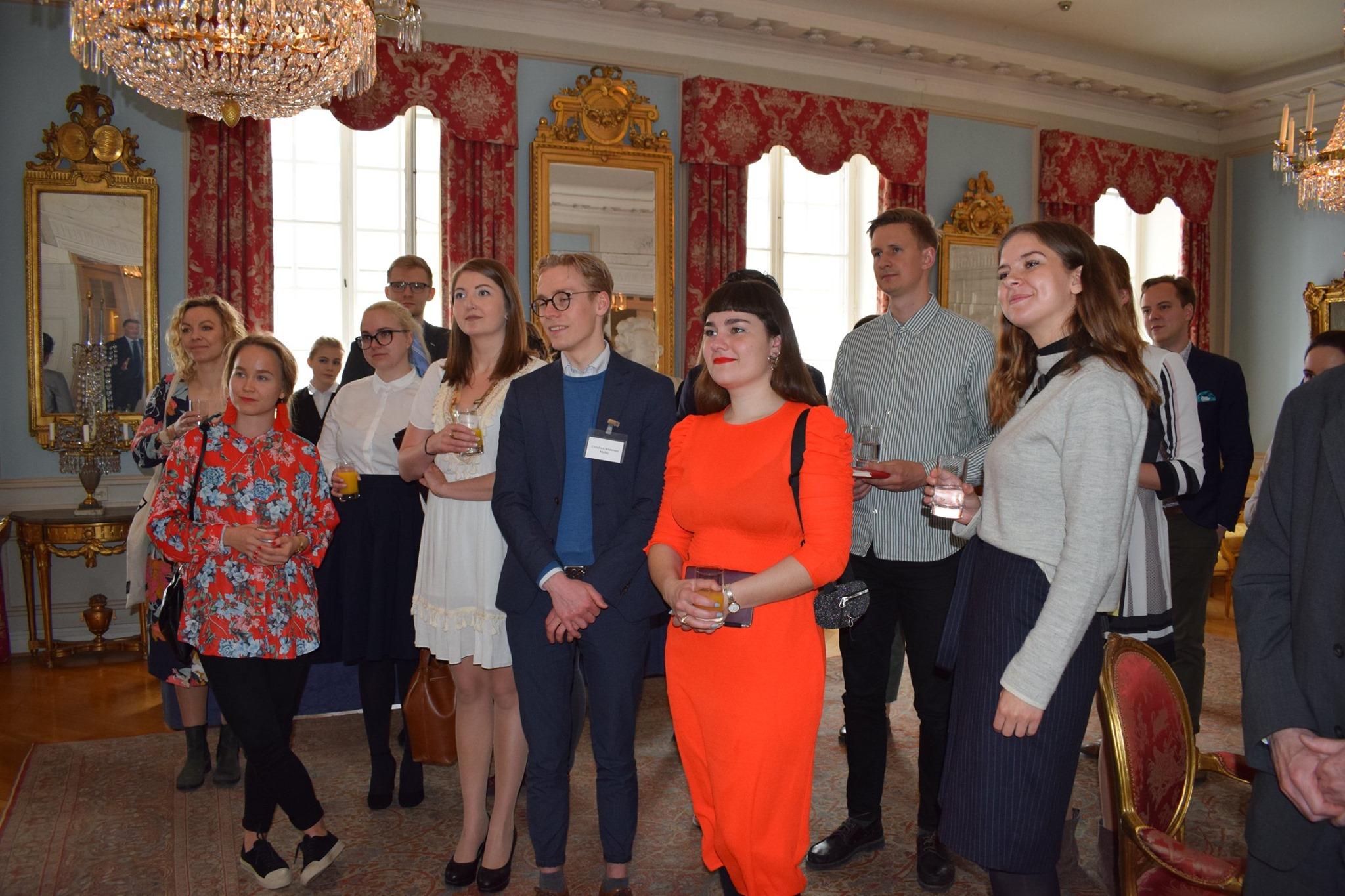 Kursusdeltagerne på besøg på den svenske ambassade i Finland.