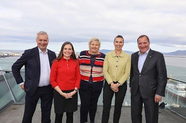 NY VISION FOR NORDISK SAMARBEJDE 🌳🤝 _____  _____  Mere fokus på klima og på at gøre Norden til en mere integreret region. Sådan kan den nye vision for Nordisk Ministerråds arbejde beskrives i korte drag. _______  I den nye vision for Nordisk Ministerråds arbejde frem mod 2030 fastslår statsministrene nemlig, at de ønsker, at det nordiske samarbejde i højere grad end tidligere kommer til at bidrage til at gøre Norden til verdens mest bæredygtige og integrerede region frem mod 2030. 👏 _________  Visionen blev fremlagt dags dato (20/8), hvor de nordiske statsledere er samlet i Island. Samtidigt blev man enige om en fælles erklæring med en række nordiske administrerende direktører fra 'Nordic CEOs for a Sustainable Future' om en række ambitiøse klimamål. 🇮🇸 ________  Læs mere: https://www.norden.org/da/news/statsministrene-onsker-en-integreret-region-med-storre-fokus-pa-klima  ________  Fotograf: Sigurjon Ragnar