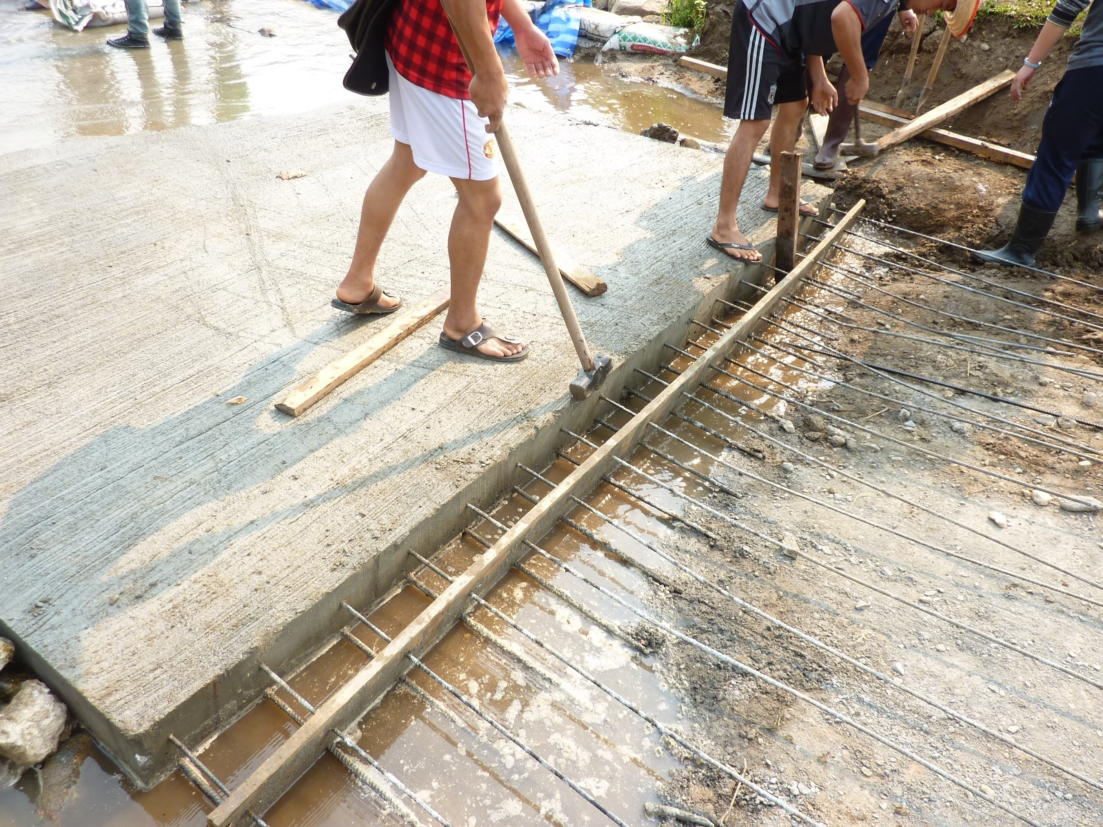 Stripping the formwork after the first pour