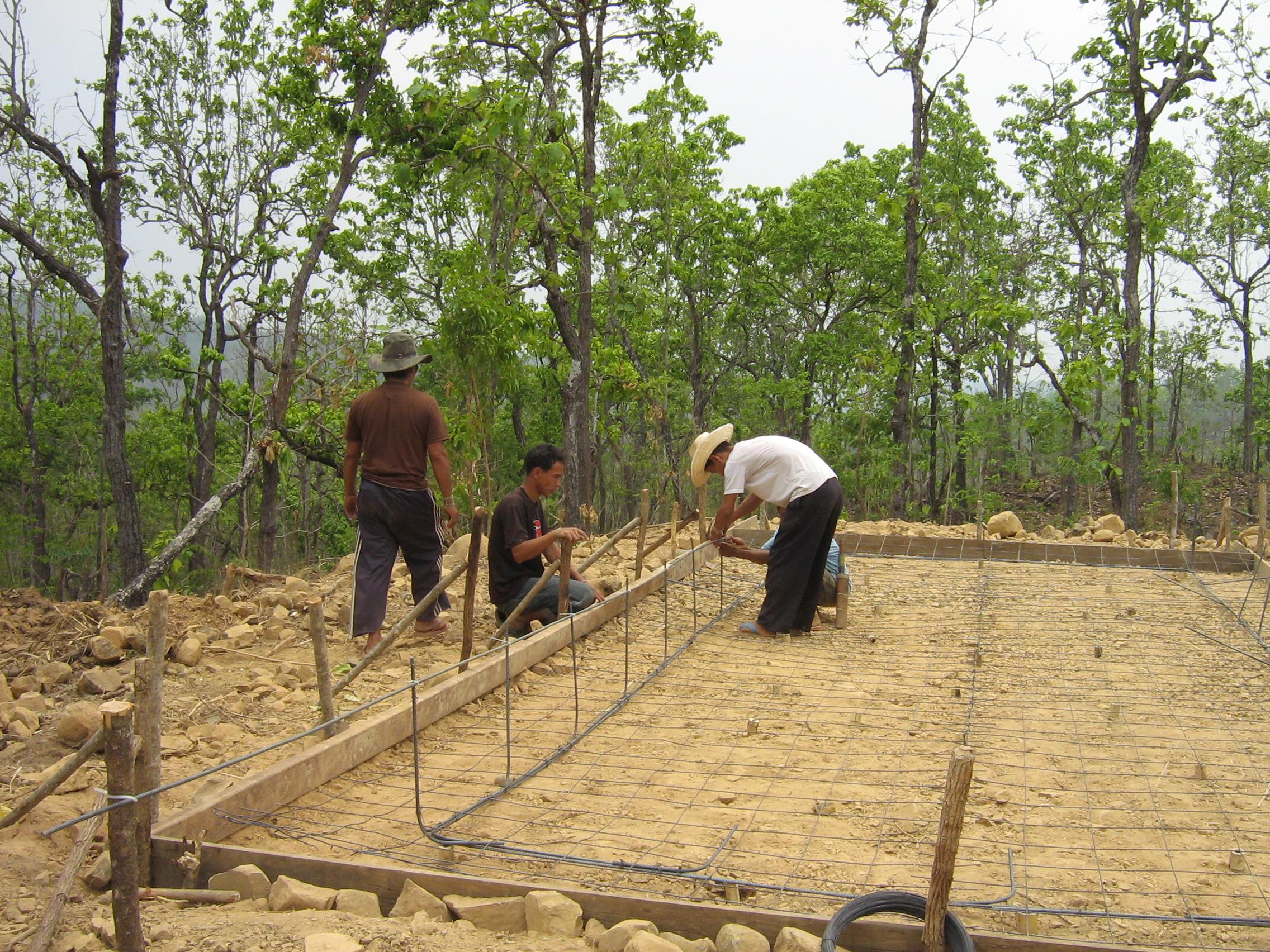 เตรียมมัดลวดกับเหล็กสำหรับสร้างบ่อกรอง