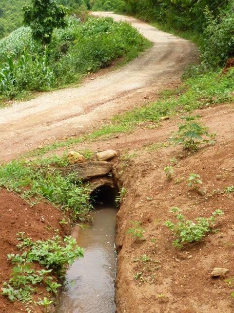 ท่อน้ำบริเวณทางข้ามถนนแห่งแรก