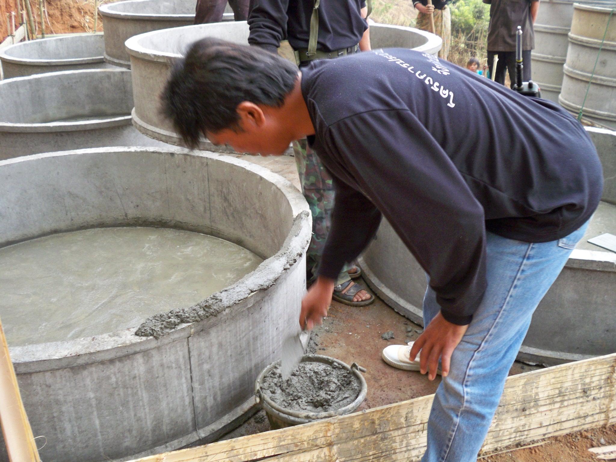 จัดเตรียมวงท่อซีเมนต์เพื่อสร้างแท็งค์น้ำ ซึ่งในหมู่บ้านมักมีผู้ที่เชี่ยวชาญ ชำนาญในเรื่องนี้มาช่วยพวกเราอยู่เสมอ