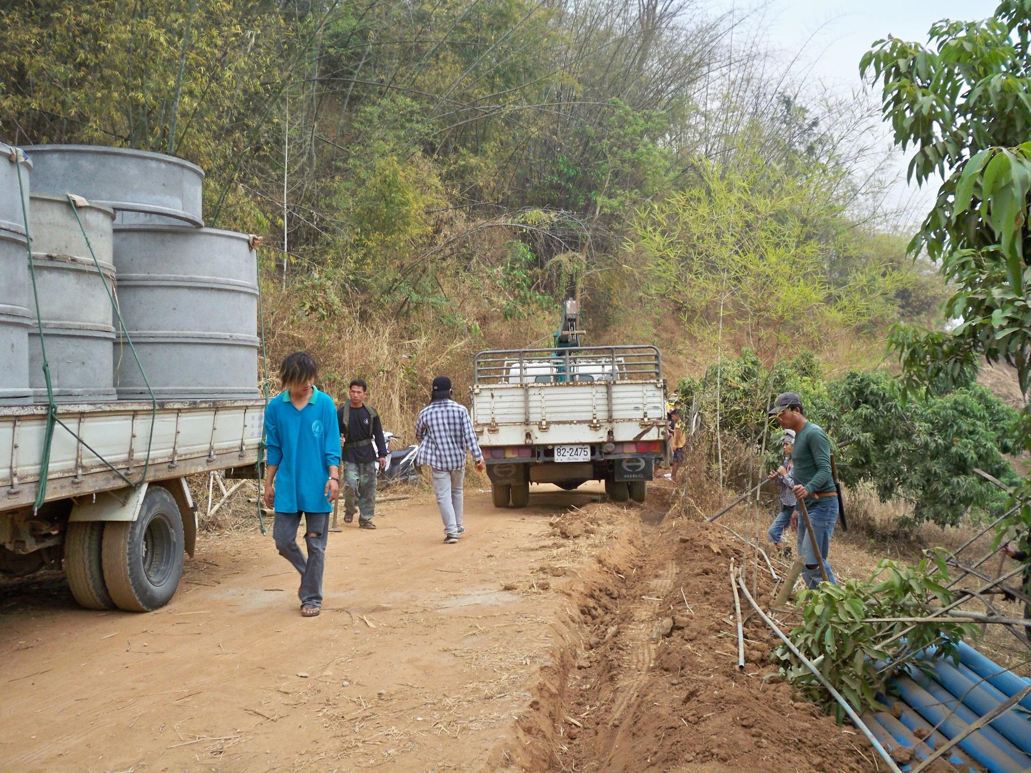ร้านขายท่อในท้องถิ่นมาส่งวงท่อซีเมนต์ที่บริเวณก่อสร้าง