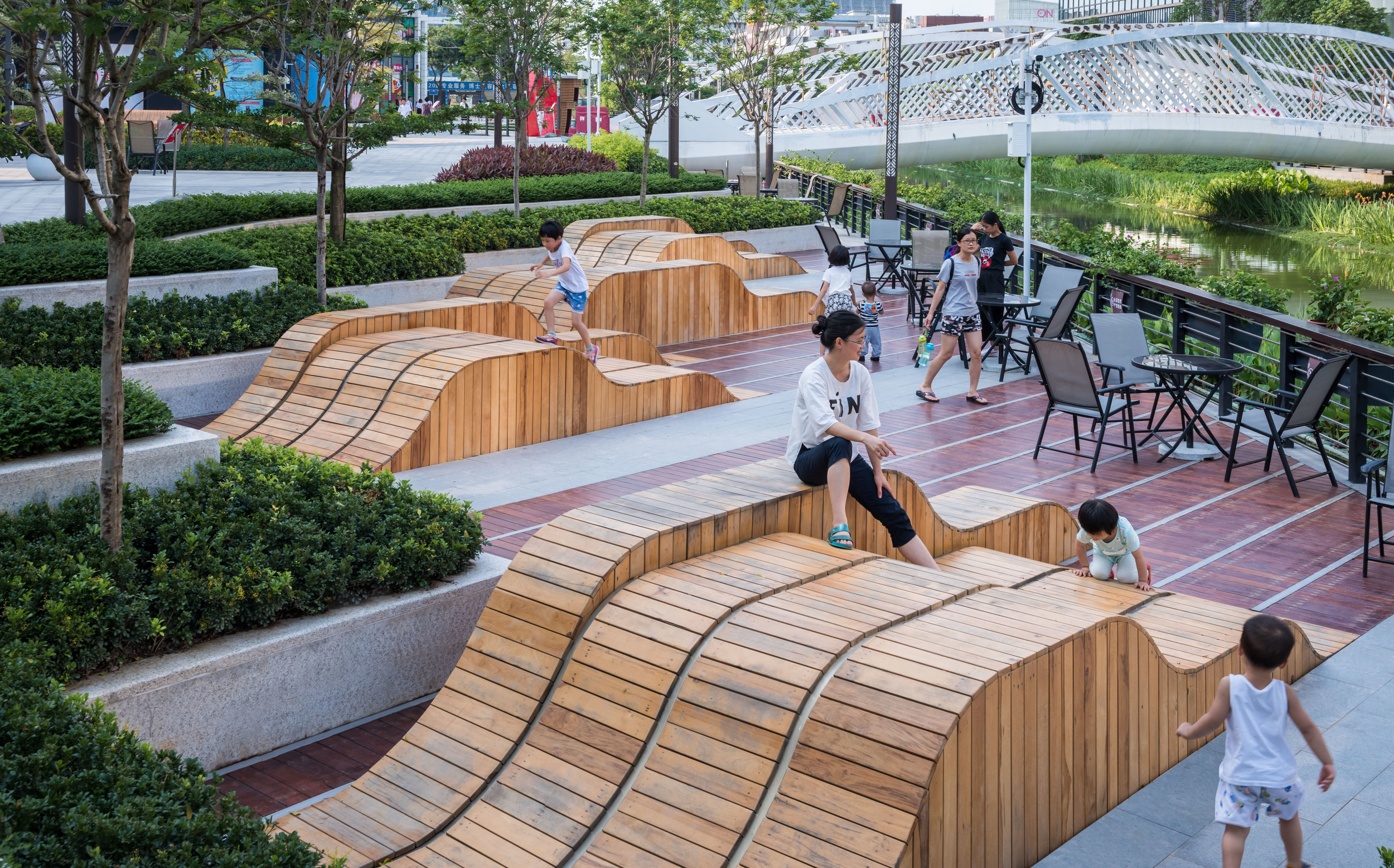 Built photo | Riverfront vein-patterned seating provide a joyful and restful space for families and neighborhood residents