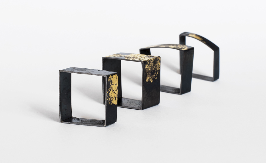 Rings in iron and gold exhibited at Fragments