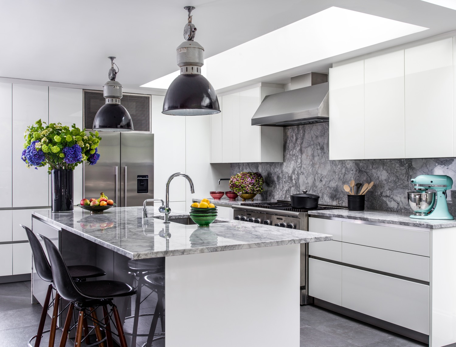 A North American style Kitchen with full size appliances and gloss lacquer cabinets.