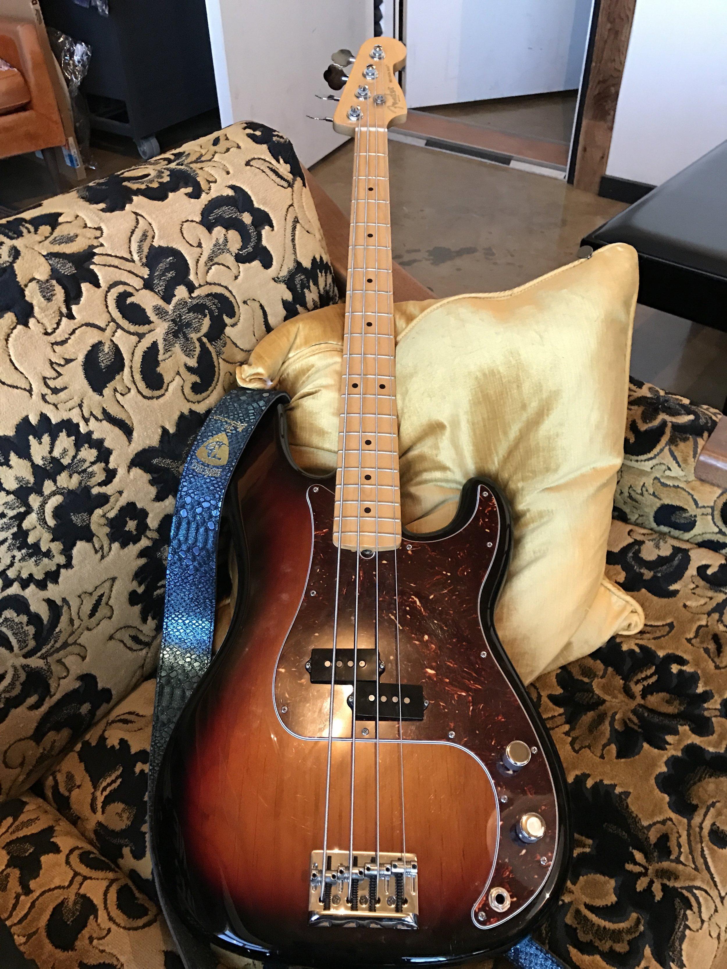 Twin Shadow Fender Bass Gatos Trail.jpg