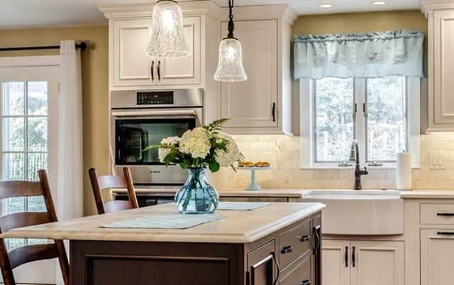 Beautiful kitchens make cooking a little more appealing... anyone else agree?  #kitchencabinetry #kitcinspiration #kitcheninspiration #kitchengoals #cabinetry #centralfloridahomes #thevillageshomes #thevillages