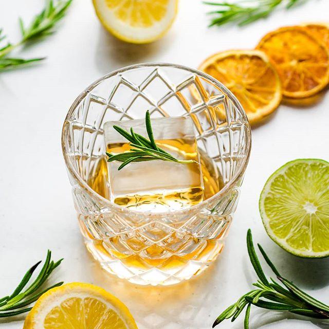 "Give it that icy ""ah"" sensation🤩 #cocktailice #icecubes #thirstythursdays #drinks#IceModern  #okamotostudio"