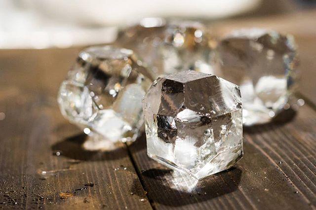 Drop gems into your glassware🥃 #cocktailice #gemstone #thirstythursdays #drinks #IceModern #okamotostudio
