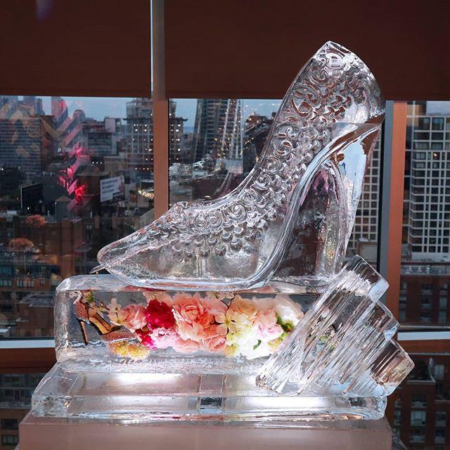 Did anyone leave their heels at the event?👠 #Luge #heelshoe #flowerfrozen #frozeninice #iceluge #icesculpture  #okamotostudio