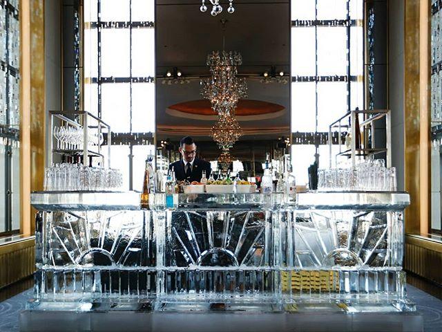 This bar is ice cold🍸 📸:Annabel Braithwaite #belathee #Rainbowroom #nyc #icebar #icesculpture #nycevents #okamotostudio