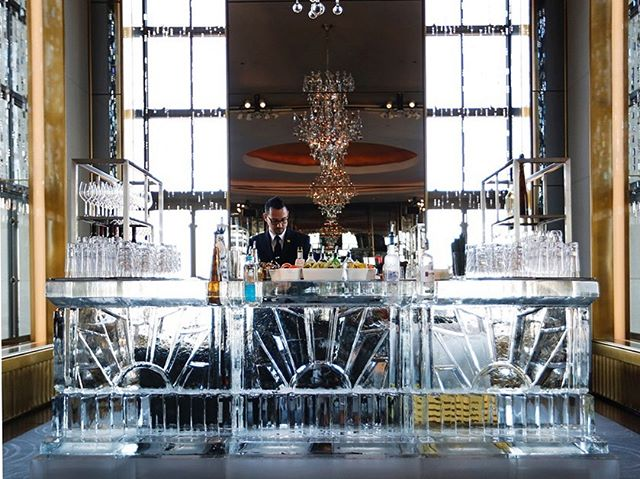 This bar is ice cold🍸 📸: Annabel Braithwaite #belathee #Rainbowroom #nyc #icebar #icesculpture #nycevents #okamotostudio