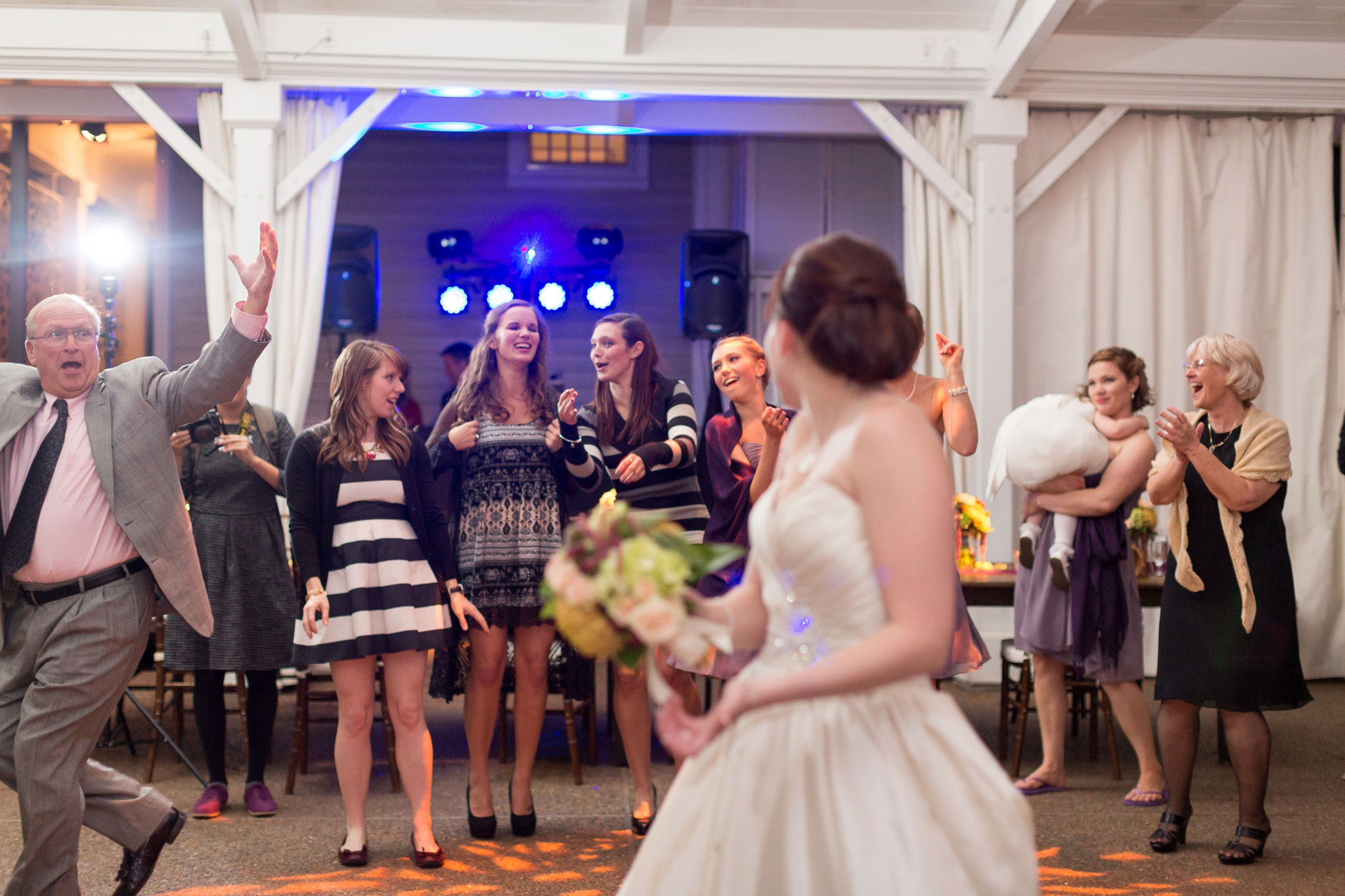 bouquet-toss-photo-bomb