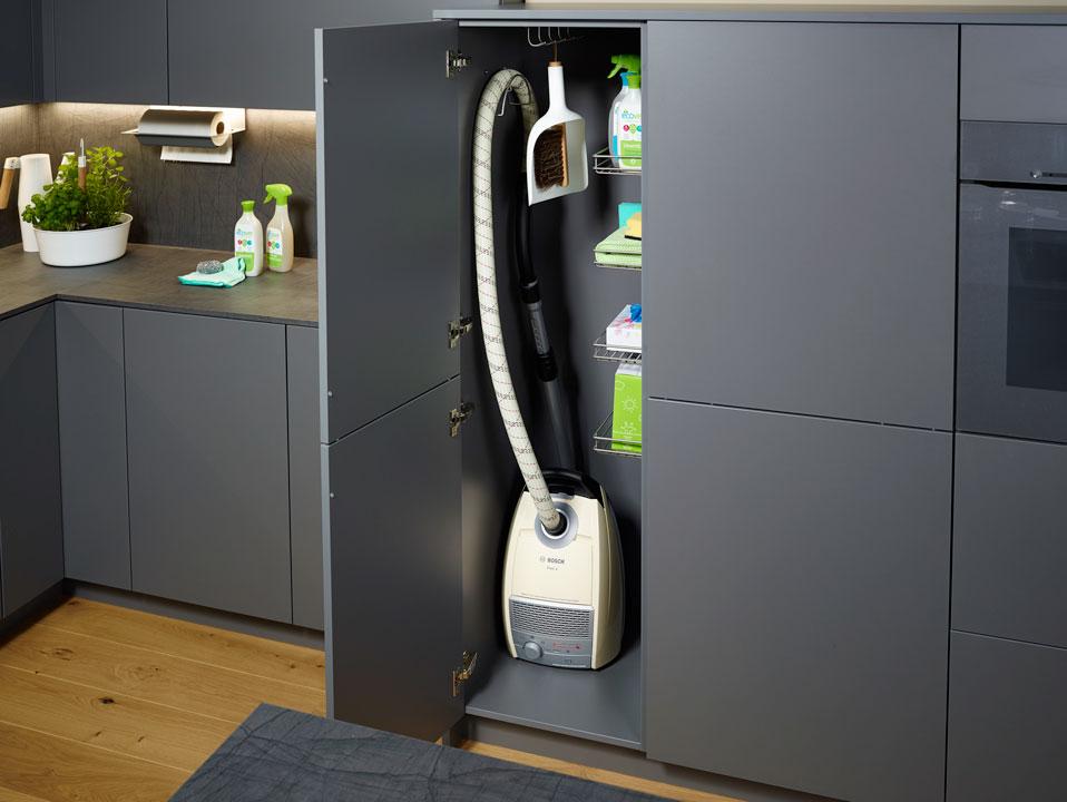 - Высокие шкафы для хранения. Высокий шкаф на кухне позволяет хранить громоздкие предметы.