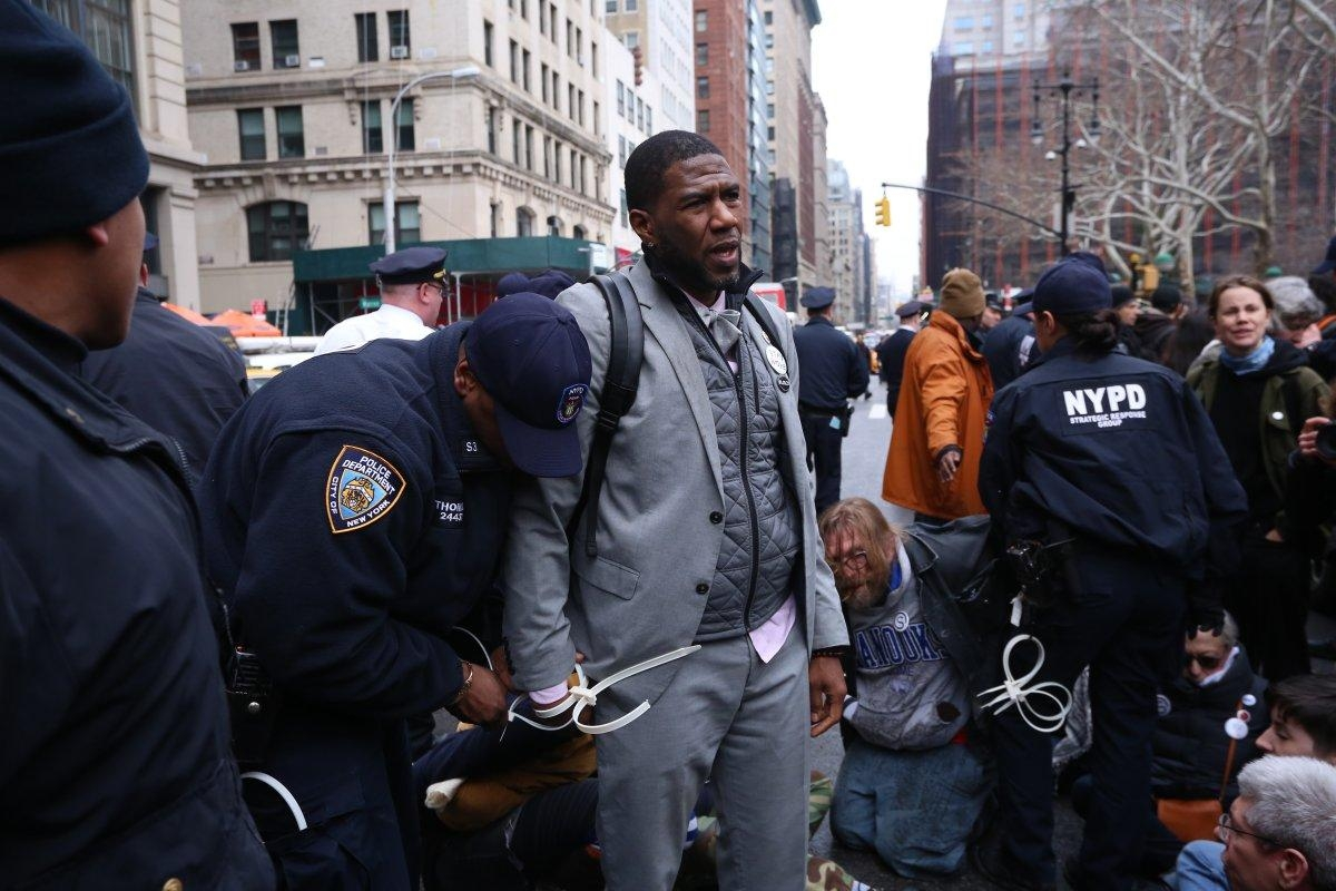 City Council member Jumaane Williams is pictured being arrested after trying to block immigration activist Ravi Ragbir's detainment.   (ALEC TABAK/FOR NEW YORK DAILY NEWS)