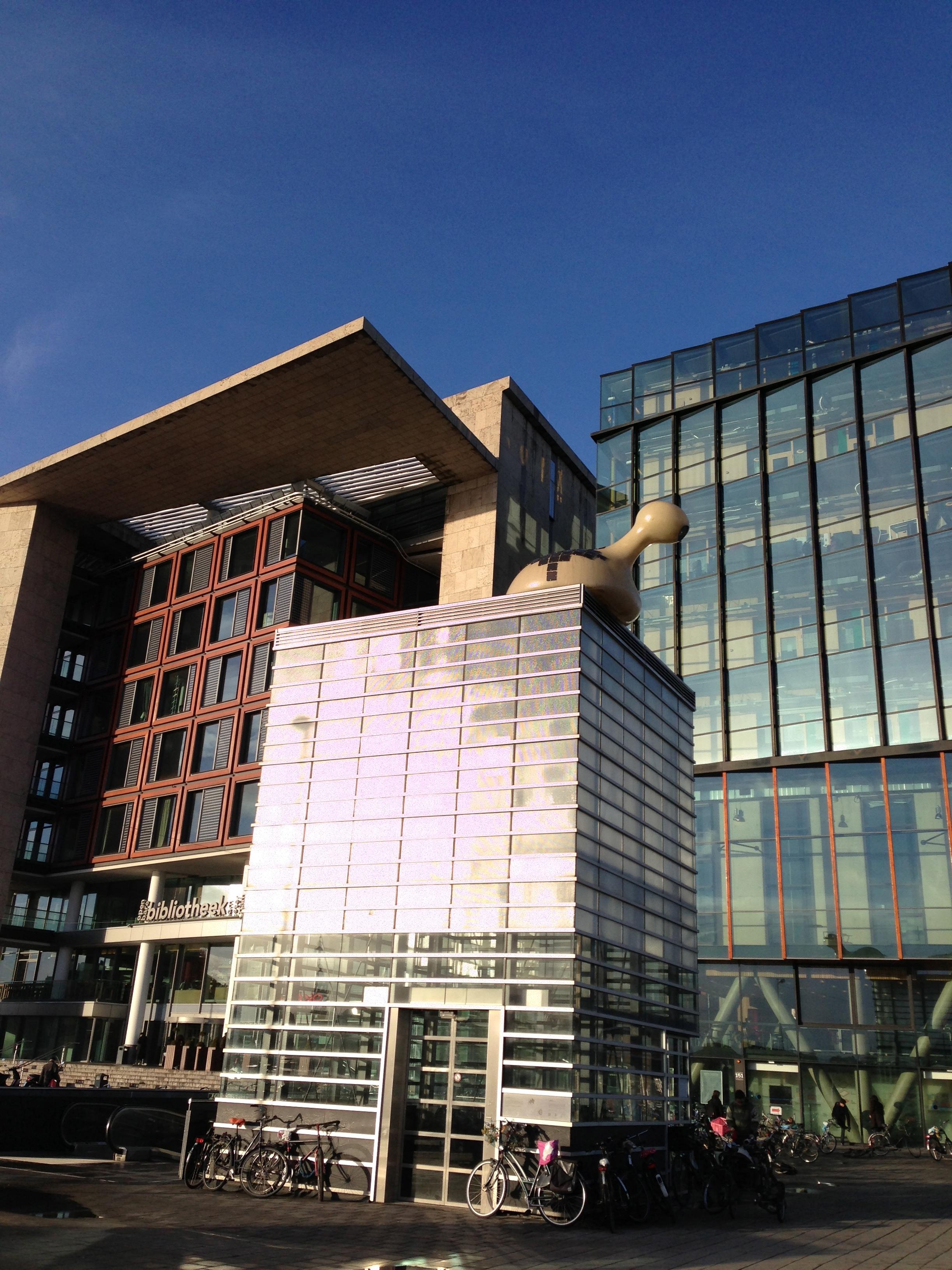 OBA, la bibliothèque centrale d'Amsterdam est située juste à côté du conservatoire de musique.