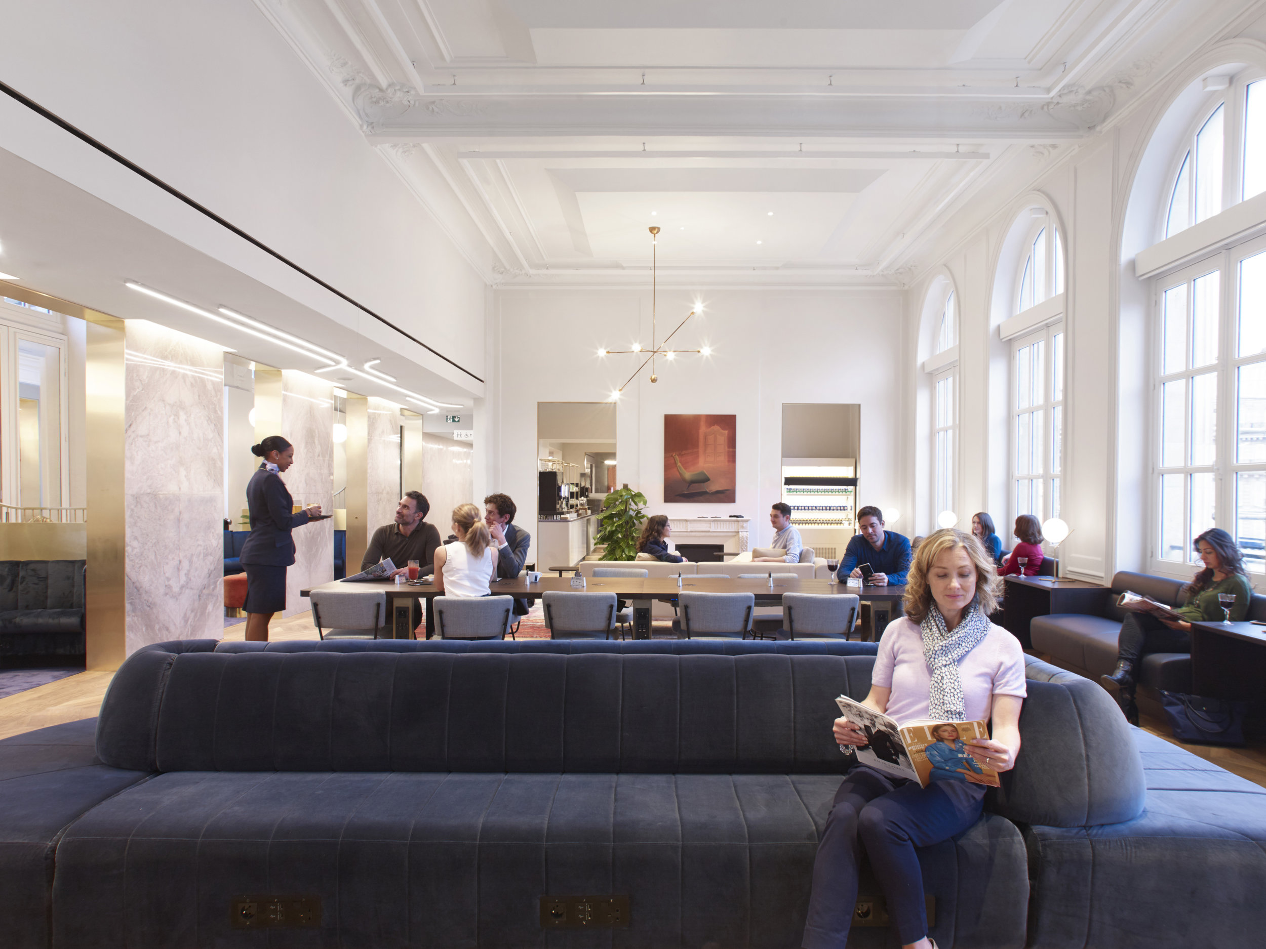 This slim FlowBar is complementing the chic design of Eurostar's Gare du Nord Business Premier Lounge.