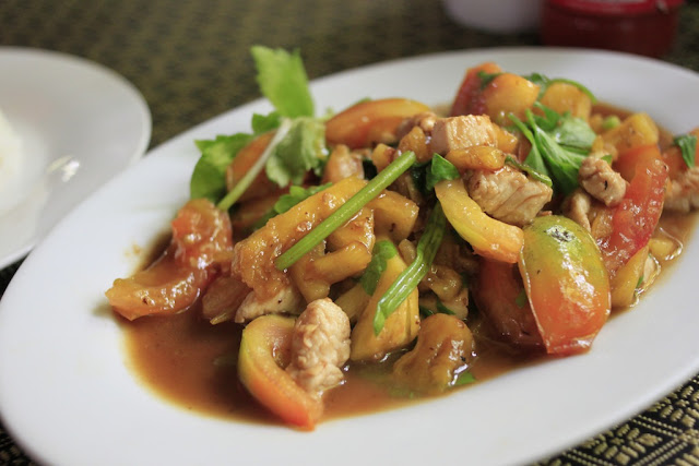 Chicken stir-fried with tomato and pineapple