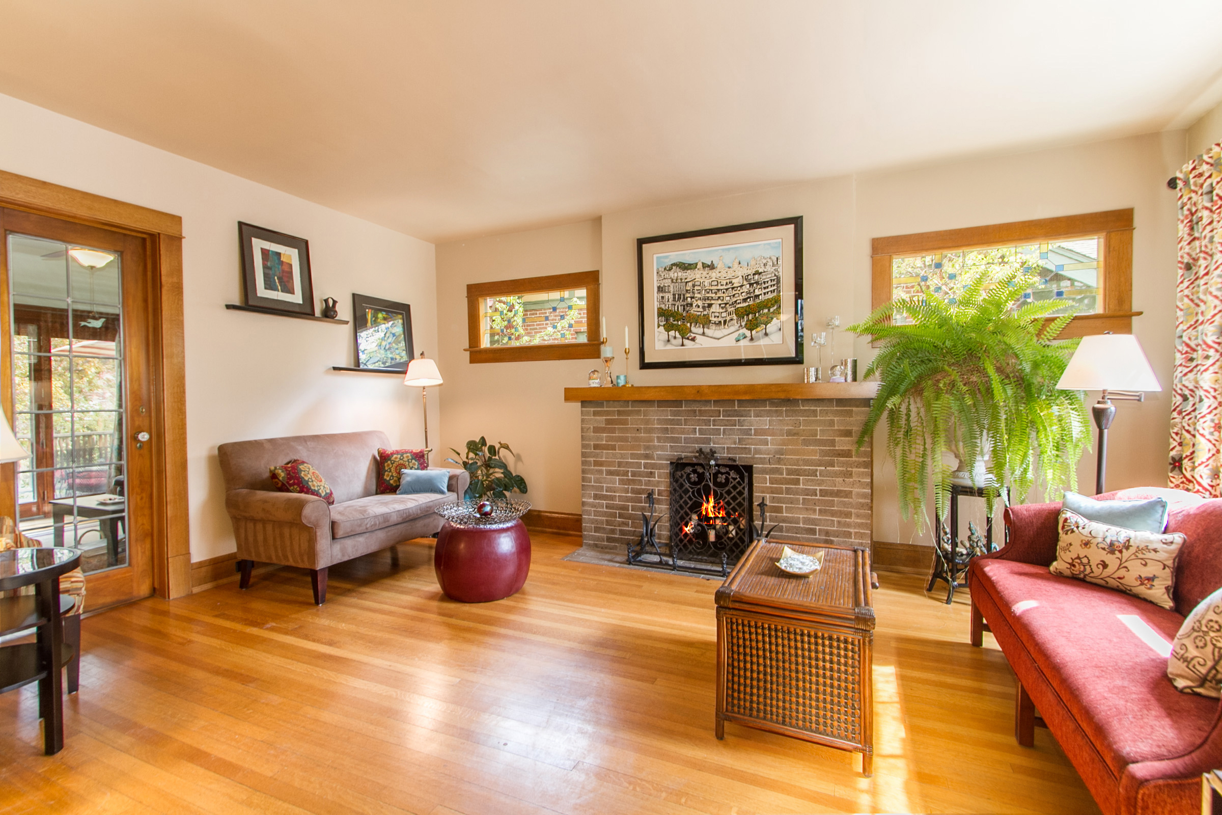 1246129_Living-Room-With-Vintage-Fireplace_high.jpg