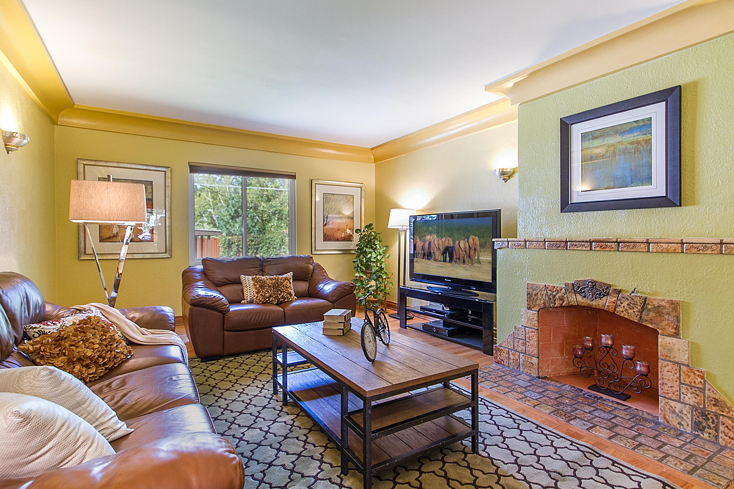 1409222_Textured-Plaster--Oak-Floors--Large-Crown-Moulding_high.jpg