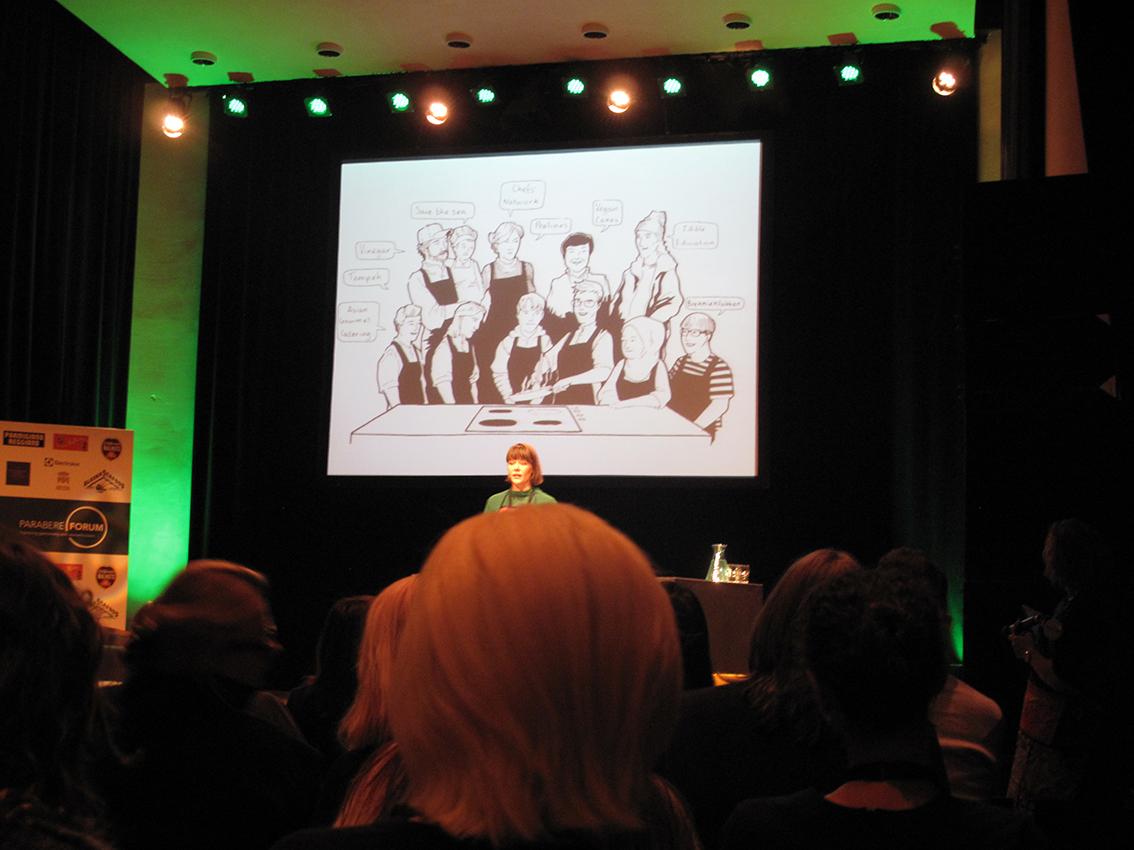 Edith Salminem a apresentar a sua história de vida ilustrada
