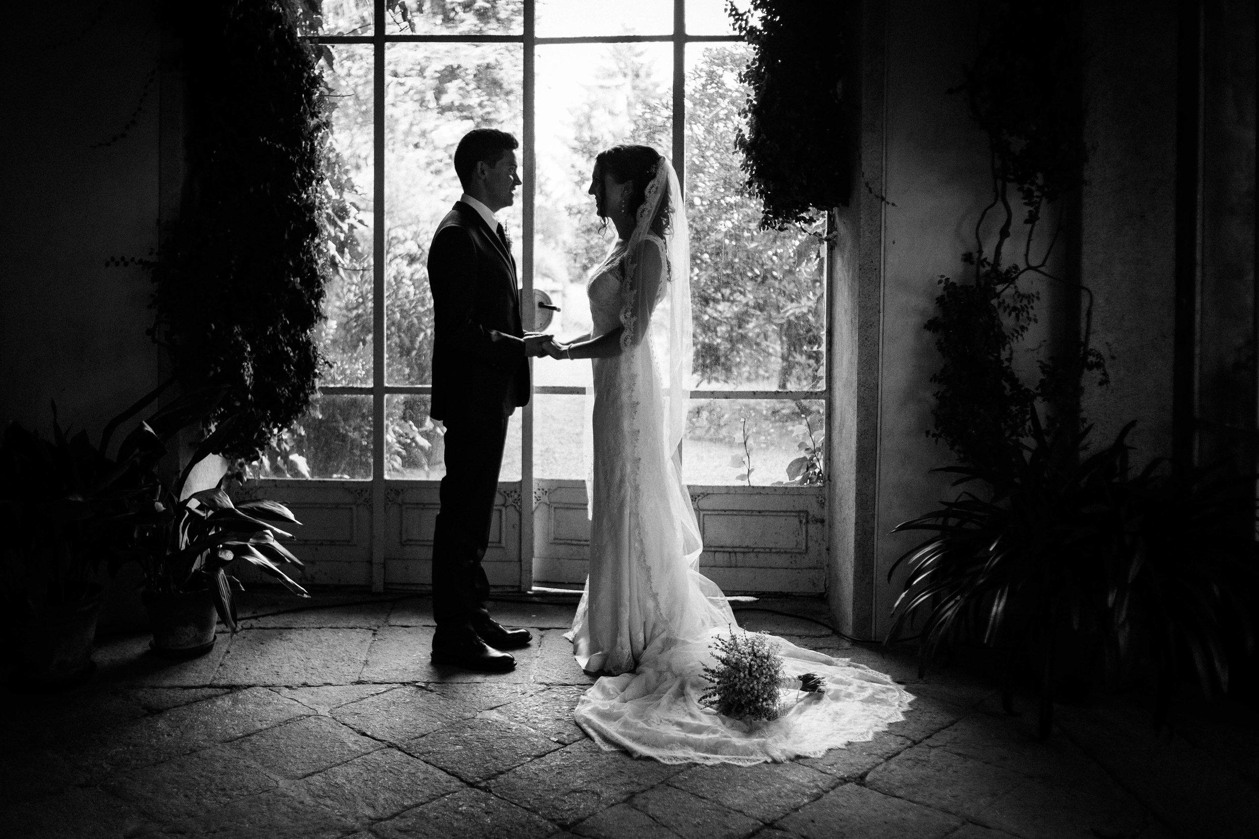Eleonora & Jorge - Miriam è una fotografa eccezionale! Se volete essere sicuri di avere delle bellissime foto di matrimonio, Miriam è la persona giusta. Ci siamo affidati a lei sia per il fidanzamento che per il matrimonio, e siamo molto contenti del lavoro che ha fatto. Abbiamo potuto goderci la giornata sapendo che sarebbe stata presente in tutti i momenti del matrimonio e quando abbiamo ricevuto le foto abbiamo notato che lo era anche quando non ce ne rendevamo conto. Le foto sono belle, romantiche, un misto tra quelle in posa classiche e quelle spontanee... molto professionale, sempre pronta ad ascoltare i nostri desideri e personalizzare il lavoro. Siamo molto felici della nostra esperienza e raccomandiamo Miriam a tutti i futuri sposi!