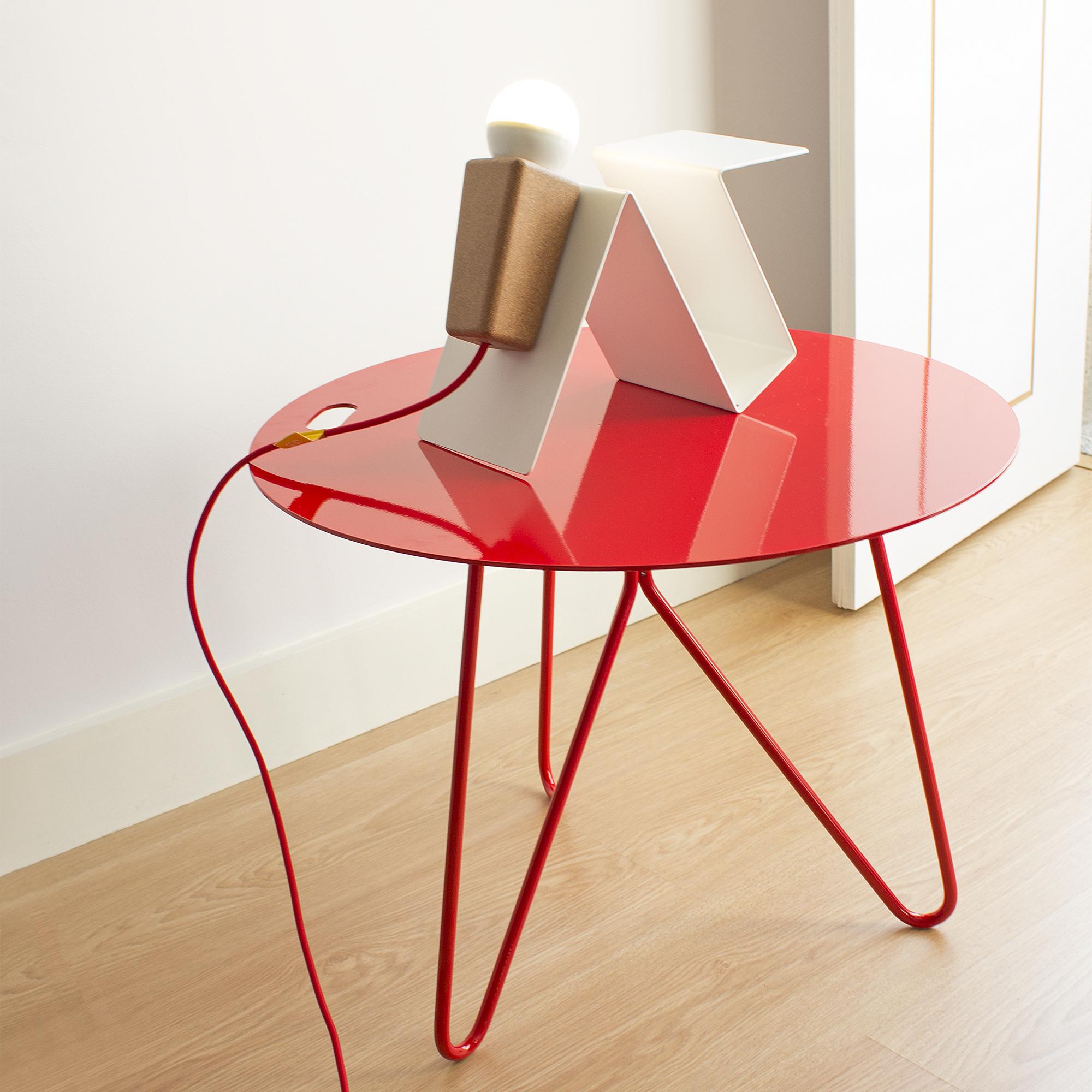 'Seis' outdoor or indoor table - This table can be placed inside our outside your home! And 'Glint' lamp #3 white base and red cable.Esta mesa pode ser usada dentro ou fora de casa! E o candeeiro 'Glint' #3 de base branca e fio vermelho.